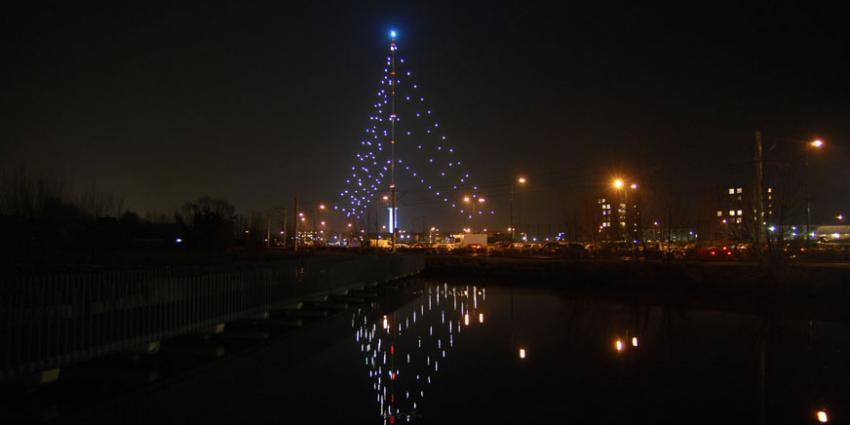 Zendmast-kerstboom getroffen door bliksem