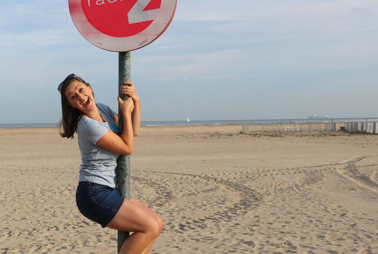 Kim klust keurig bij aan de kust voor Radio 2 (video)