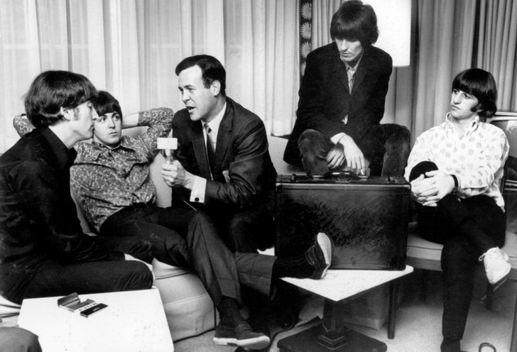 Cousin Brucie tijdens een interview met The Beatles in 1965